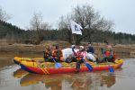 Участники поисковой экспедиции 2012 года сплавляются по р. Обва. Карагайский р-н.